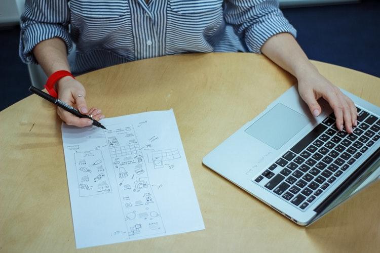 到底是利用HTML5裡面的什麼元素,能讓前端工程師用來顯示網頁?如此方便?